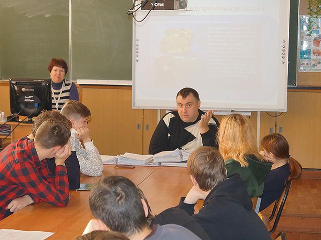 Невский со студентами.jpg