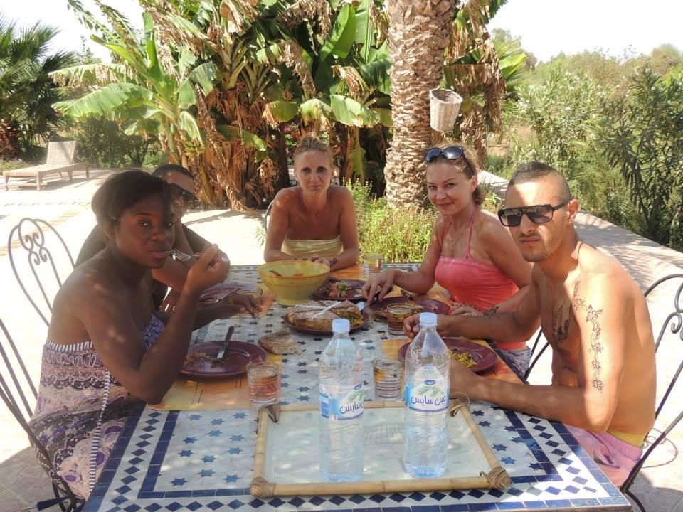 Repas à cinq près de la piscine
