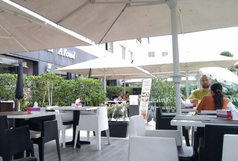 L'Anice et sa terrasse sous parasols.