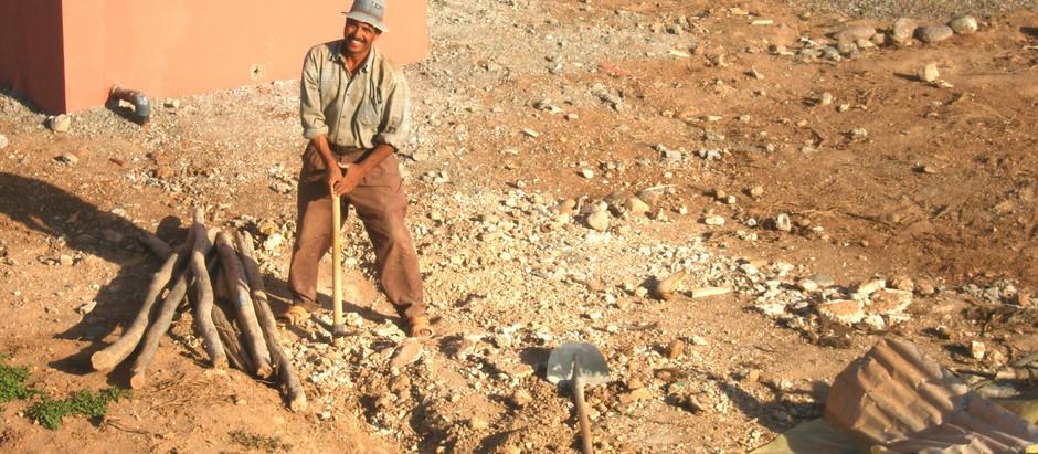 Brahim le jardinier creuse des tranchées et crée une pépinière maison