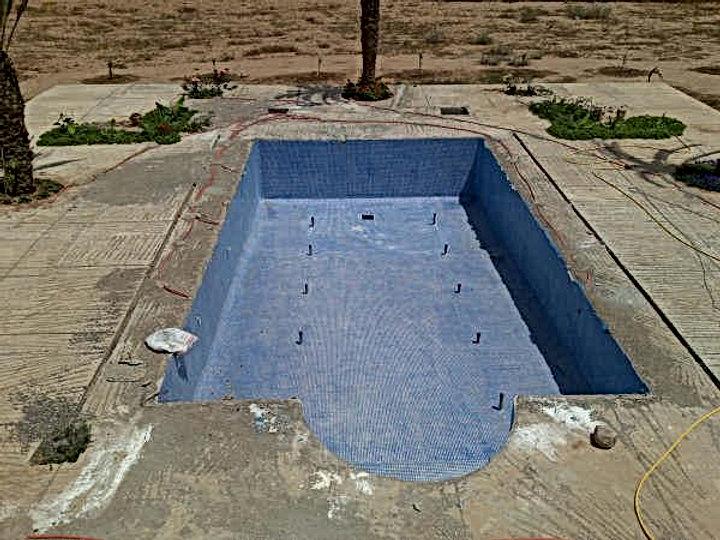 La mosaïque de la piscine du Jardin aux Etoiles complètement posée