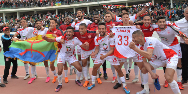 Le drapeau berbère (à gauche) est partie prenante des exploits du HUSA d'Agadir.