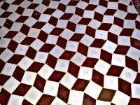 Vernissés, ces zelliges sont disposés selon un subtil système qui rapproche la tradition marocaine du carrelage de l'op-art.