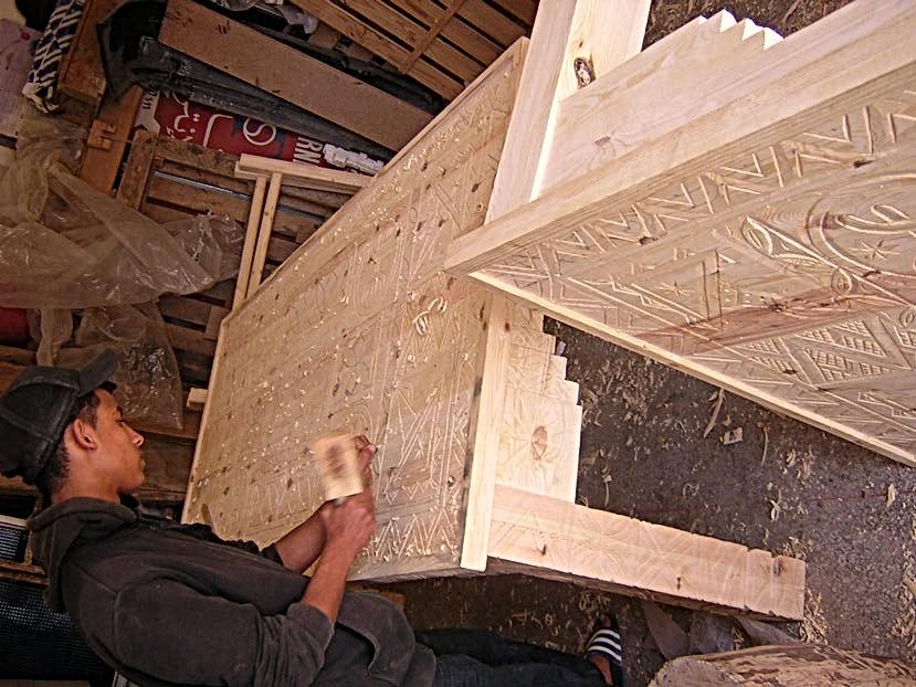 Tables en bois sculptées de style amazigh recouvertes de verre