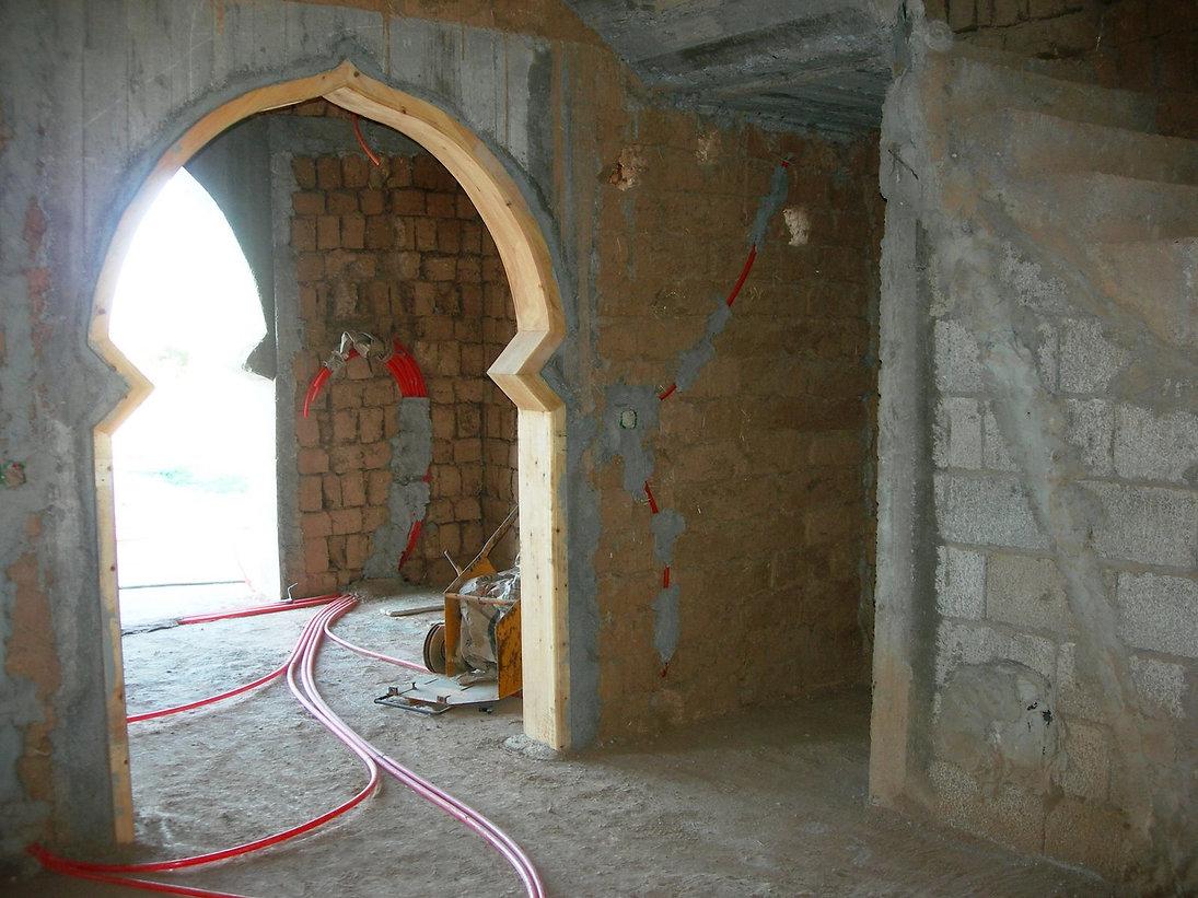 Armoire dans l'escalier, niche pour bibliothèque et câblage