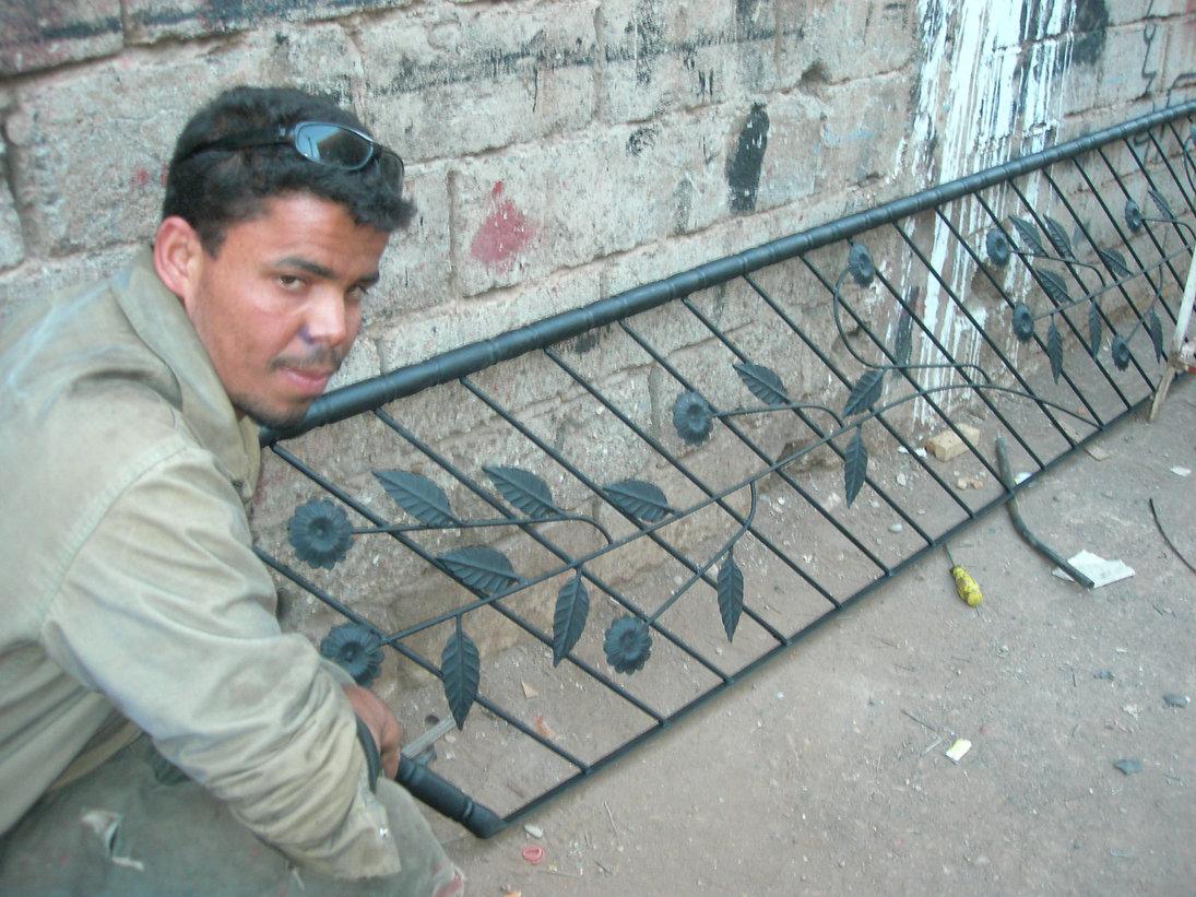 Balustrades de fer : Mustapha le Houari à l'oeuvre. Son frère Abbes s'active du côté des fenêtres