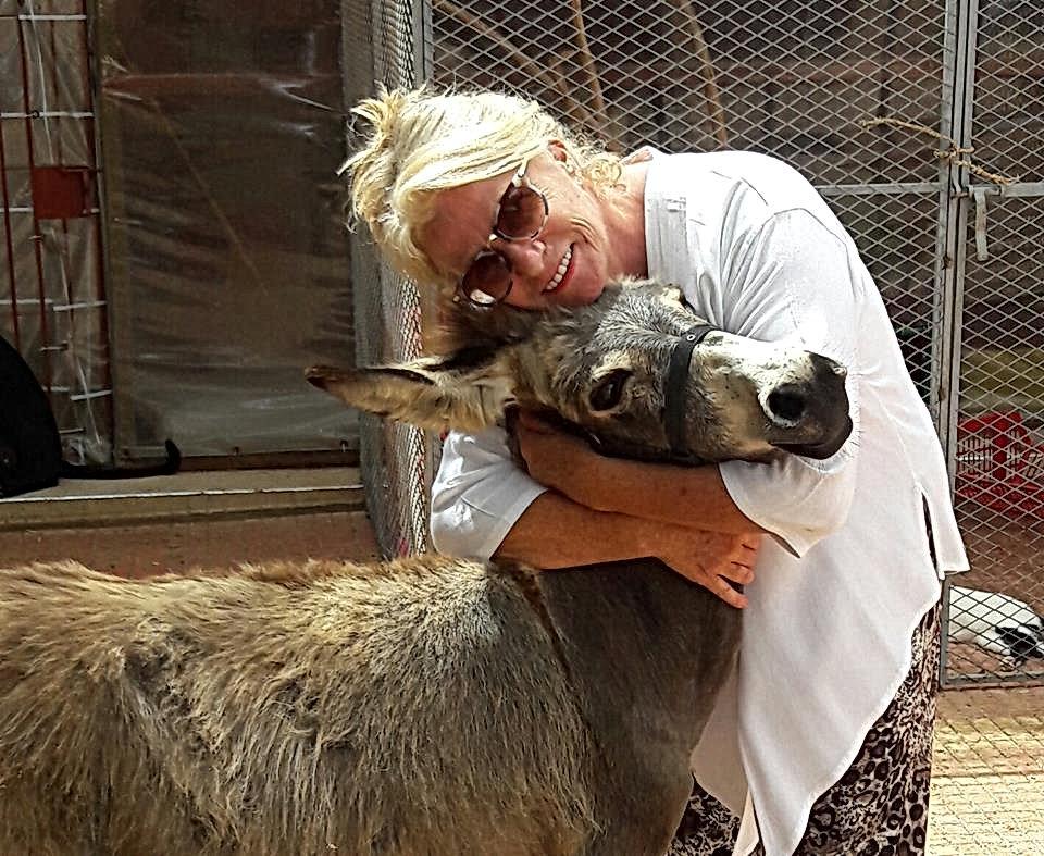 Elle recueille avec amour les ânes abandonnés de son village, les chiens et chats