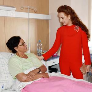 La princesse Lalla Salma au chevet d'une malade