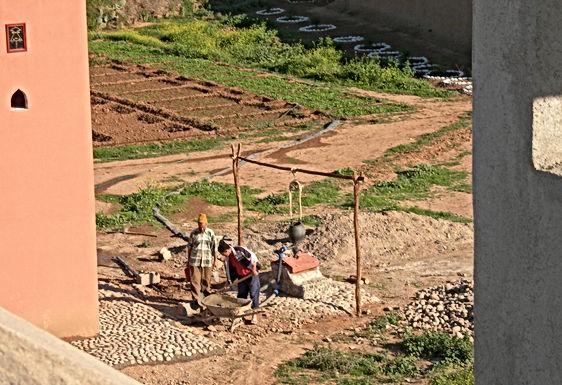 Puits et château d'eau : une ptite déco en galets de l'oued Souss
