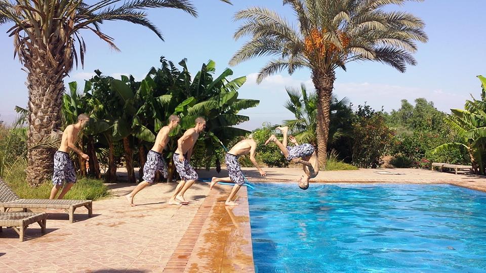 Saut sportif dans la piscine