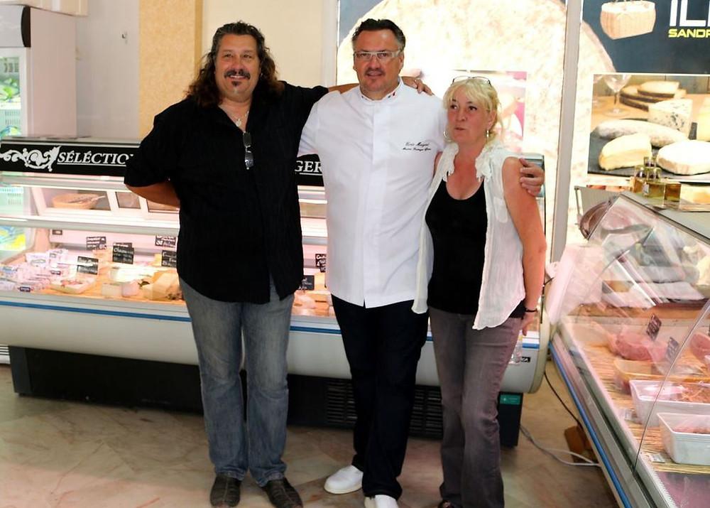 Le maître fromager Eric Meignat, qu'entourent Fabrice et Sandrine