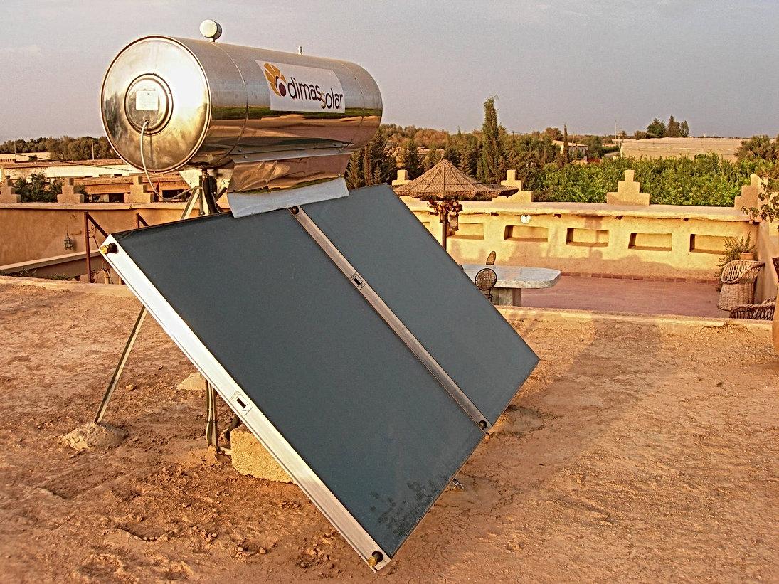 De l'eau chaude produite sur le toit grâce à l'énergie solaire