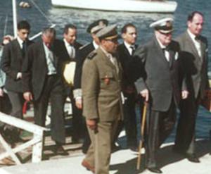 Le 27 février 1959, Winston Churchill débarque à Agadir, appuyé sur sa canne.