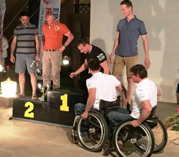 Les deux handicapés belges en train de monter sur la plus haute marche du podium