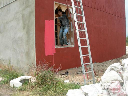 Quatre couches de protection et de peinture sur les murs de ma Villa
