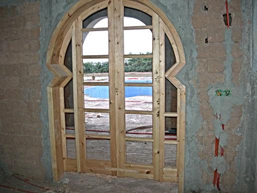 Le jour entre par les portes-fenêtres et le meuble-lumière prend forme