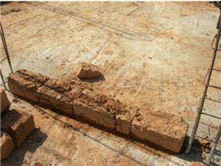 Briques de pisé et piliers avec armatures en fer
