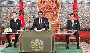 Le roi Mohammed VI lors de son discours, entouré de son fils, le prince Moulay Hassan (à gauche), et de son frère, le prince Rachid.
