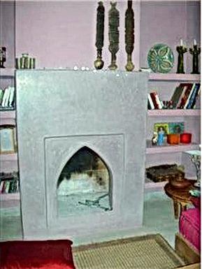 Exemples de cheminées en tadelakt, en pierre et en terres cuites