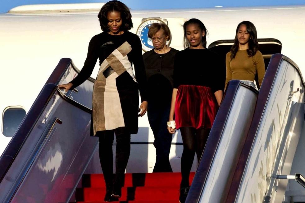 Michelle Obama, sa maman Marian et ses filles Malia et Sasha sont attendues à Marrakech (ici en mars 2016 à leur arrivée en Chine populaire).