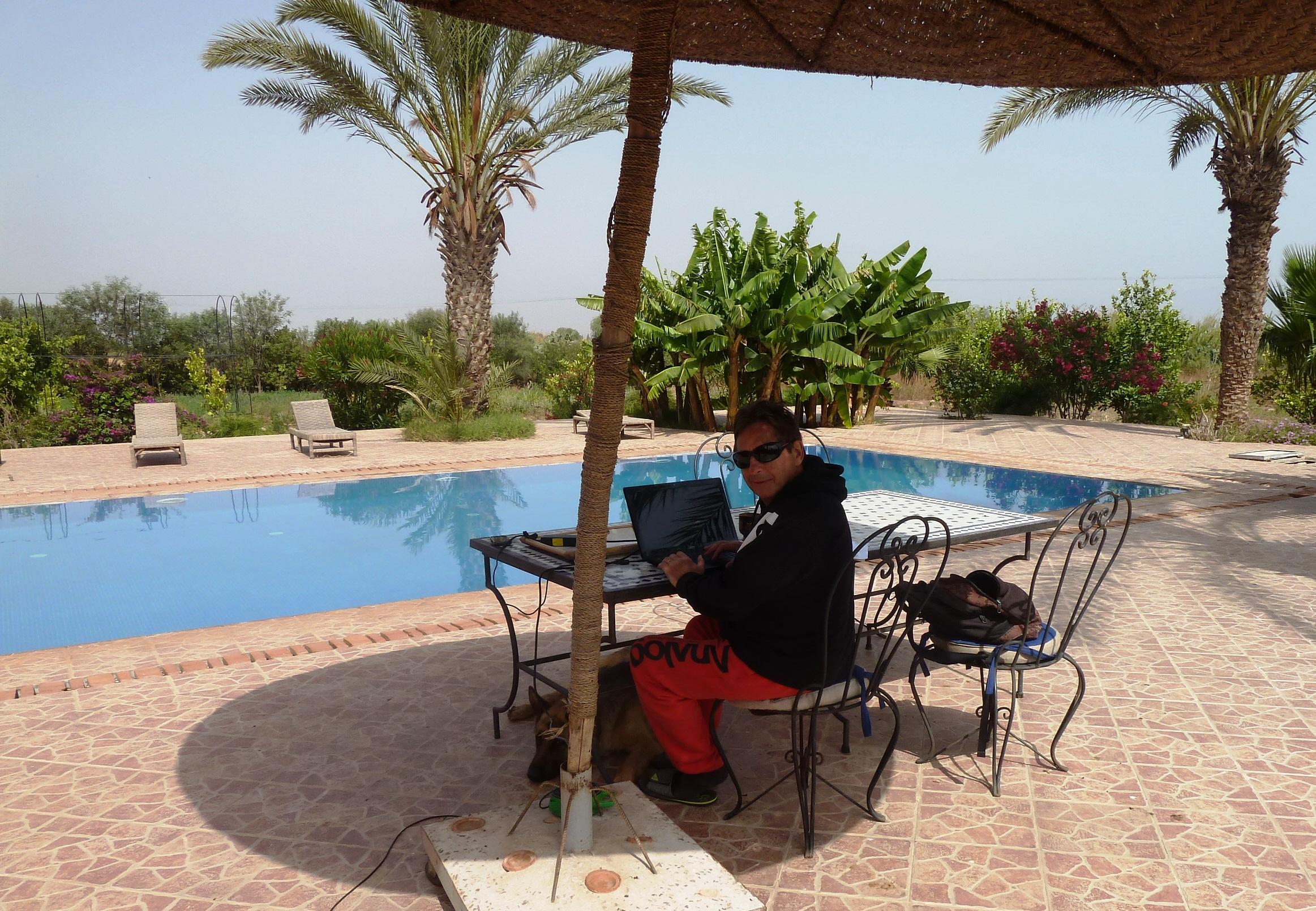 Travail au bord de la piscine