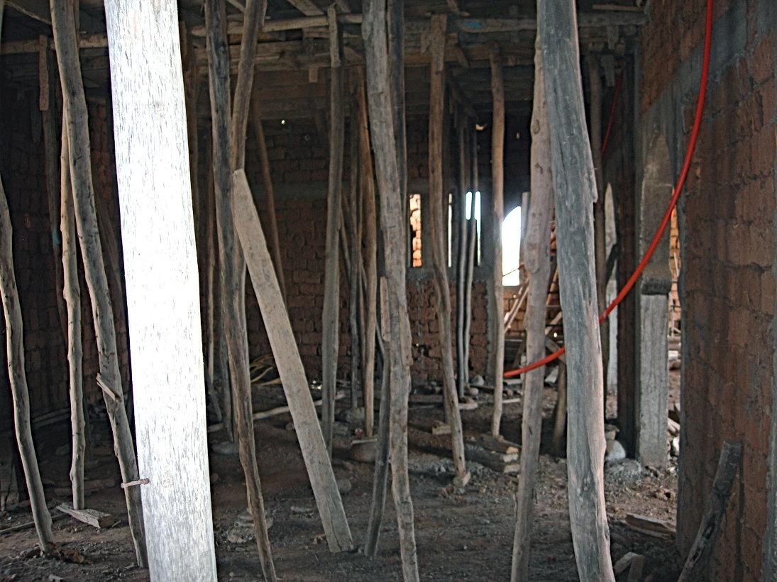 Le rez-de-chaussée sous les piliers de bois
