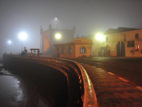 Essaouira glauque et poétique dans le brouillard de la nuit