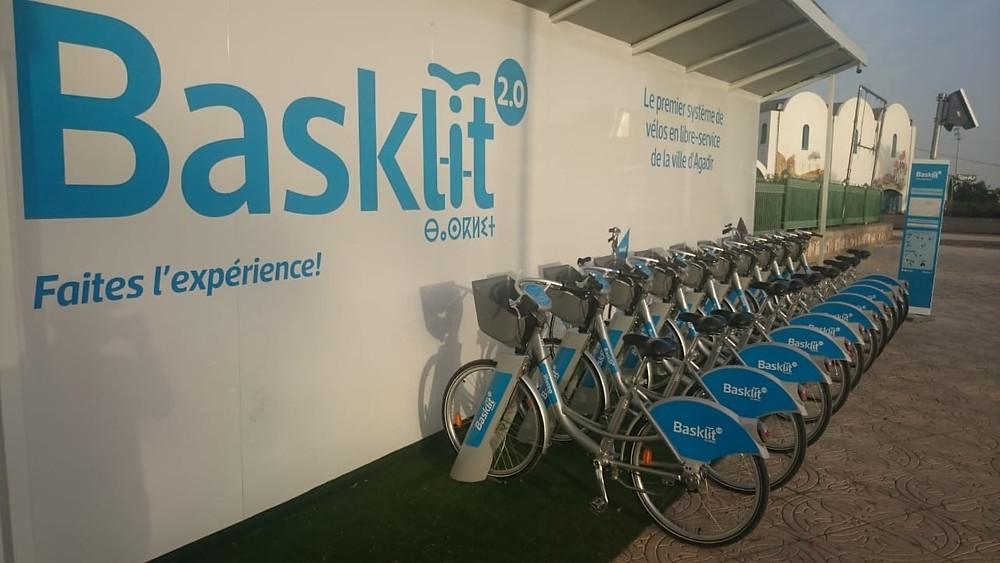 Basklit permet de louer des vélos à Agadir. Au fond à droite, le Théâtre de verdure.