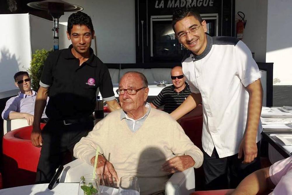 A la Madrague, Jacques Chirac posant avec deux serveurs du restaurant.