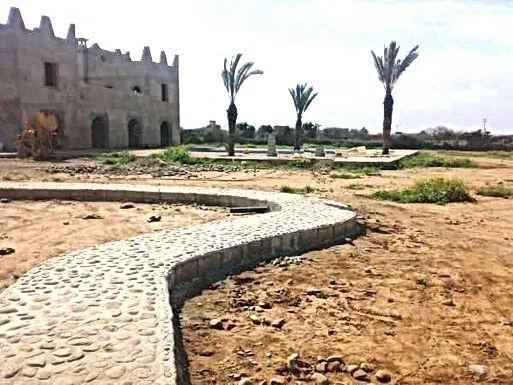 Le chemin du Levant ondule du portail à la plaza