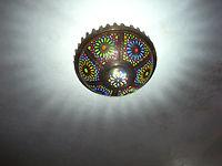 Installé au plafond du Salon Atlas, ce luminaire diffuse des rayons à la manière du soleil