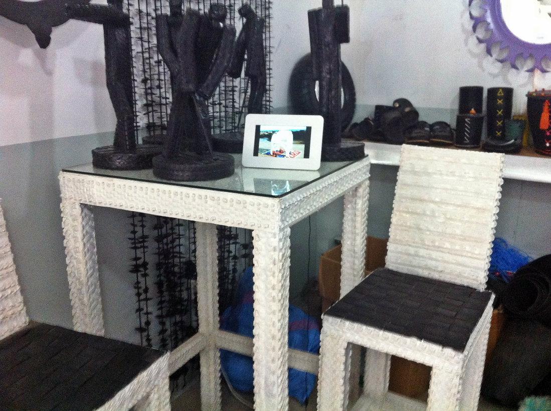 Des objets design fabriqués avec des pneus et vendus chez Kasbat Souss à Agadir