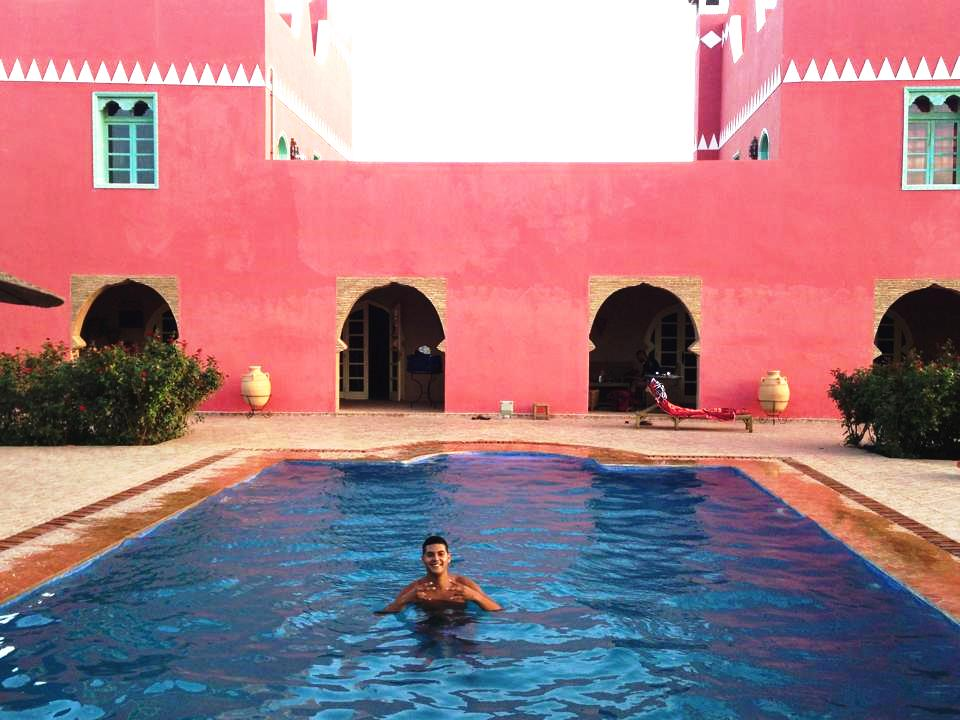 Karim dans la piscine