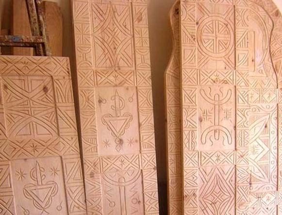 Six portes amazighes pour les suites, les salles de bain et les réduits