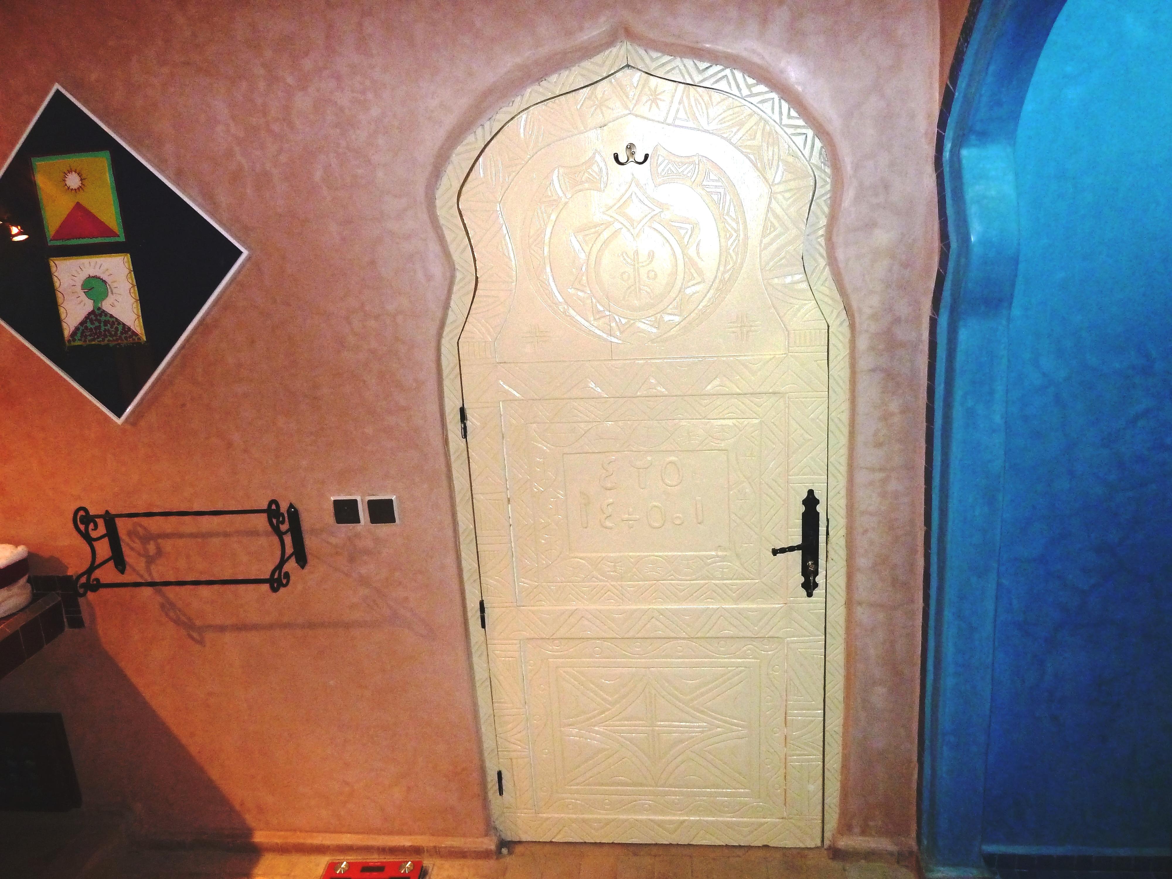 Porte sculptée de motifs berbères