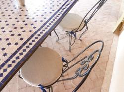 Table et chaises dans la galerie