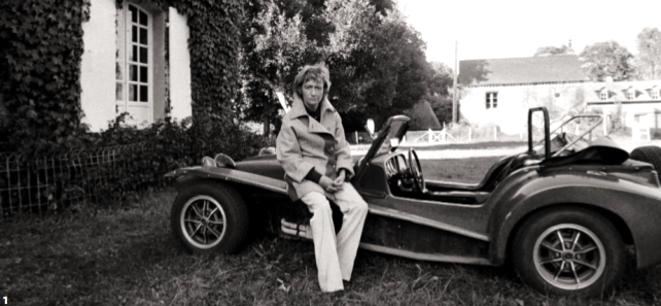 Françoise Sagan devant le manoir du Breuil