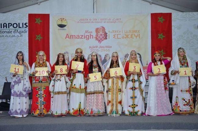 Les neuf participantes au concours de miss Amazigh, toutes en costume berbère traditionnel.