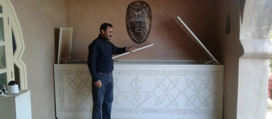 Un coffre de rangement aux dessins berbères pour les coussins dans la galerie de votre villa à louer