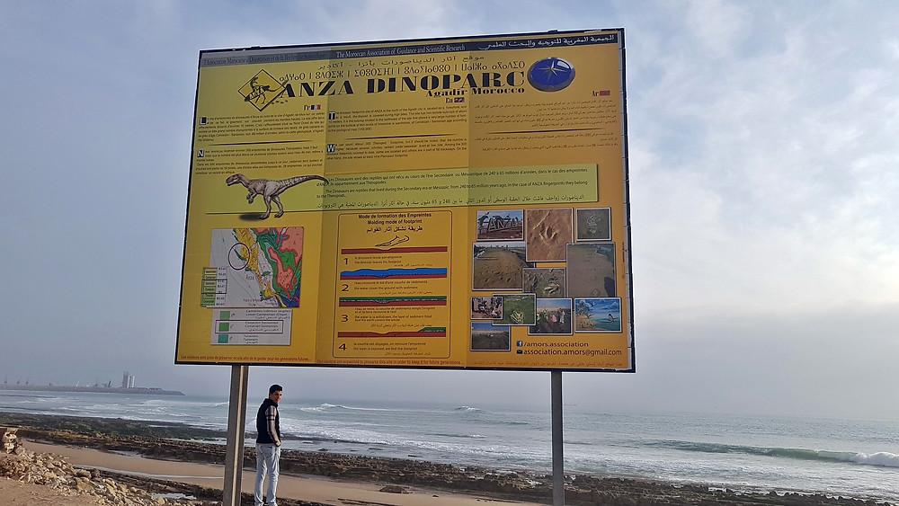 Panneau devant les empreintes de dinosaures de la plage d'Anza