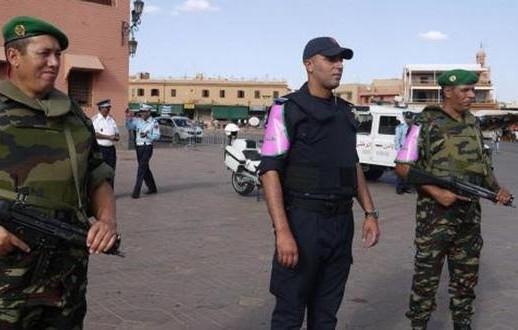 Patrouille formée de deux militaires et d'un représentant de la police sur la place Jemaa el Fna de Marrakech.