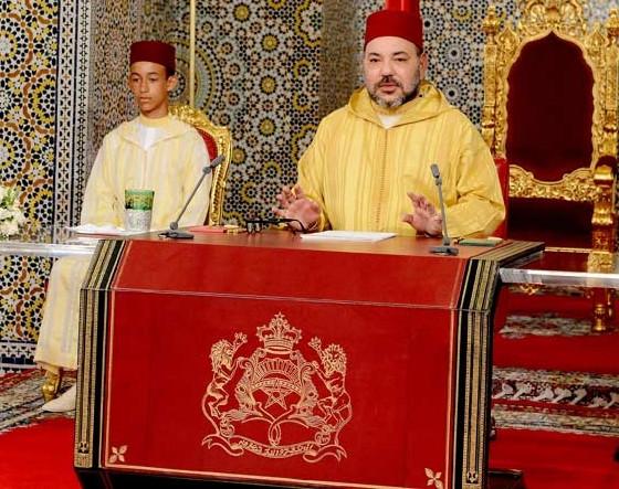 Le roi Mohammed Vi lors de son allocution. A gauche, son fils Moulay El Hassan.