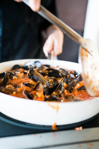clams-cooked-in-red-sauce-in-Greece_©Cam