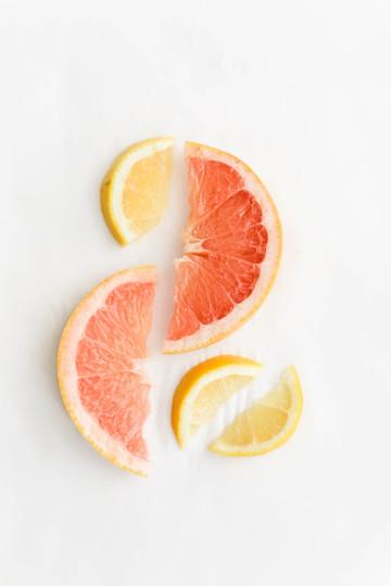 Grapefruit-and-lemon-slice-on-white-back