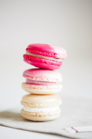 stack-of-valentines-day-macaroons_©Camer