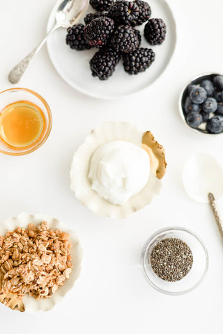 yogurt-bar-with-granola-and-fruit_©Camer
