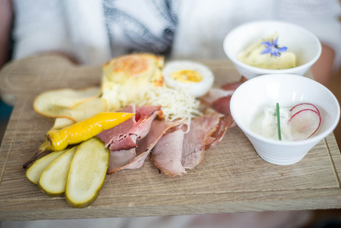 Charcuterie-board-at-farm-in-Linz_©Camer