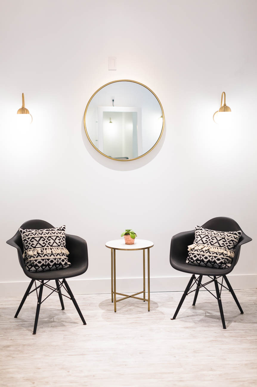 space for brides to get ready on wedding day, gold white and black interior design, modern and minimal design