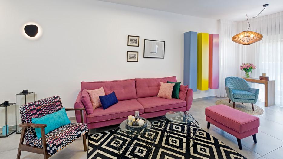 סלון מעוצב בצבעים ושטיח
