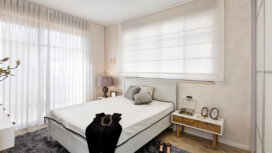 חדר שינה מעוצב עם שטיח וריהוט חדשני